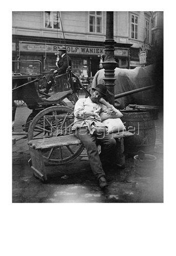 Emil Mayer: Schlafender Wasserer in Wien I. Hoher Markt/Ecke Tuchlauben, Wien, um 1910