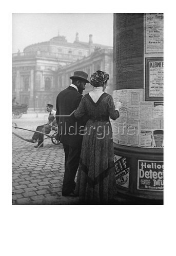 Emil Mayer: Theaterprogrammstudium vor einer Litfaßsäule direkt gegenüber dem Burgtheater, Wien, Oktober 1910