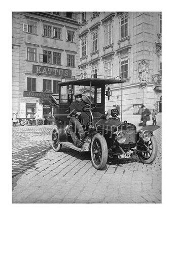 Emil Mayer: Die ersten Automobile. Vor der Sektkellerei Kattus in I. Am Hof 8 in Wien, um 1910
