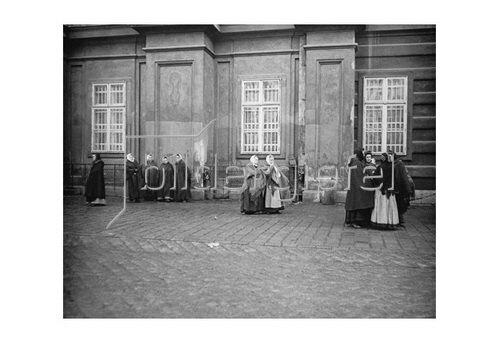 Emil Mayer: Reibfrauen. Bei der Kirche Zu den neun Chören, I. Am Hof in Wien, um 1910