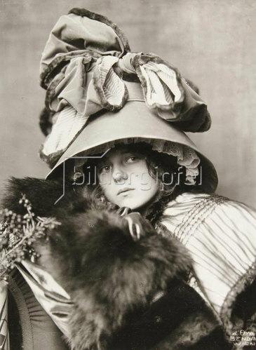Madame d' Ora: Hutentwurf vom Maler Krieser