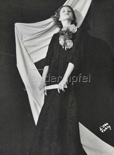 Madame d' Ora: Ein Abendmantel aus schwarzem Astrachan