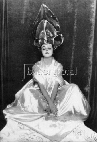Madame d' Ora: Die Tänzerin Maria Ley-Piscator als chinesisches Tanzmädchen verkleidet, 1922.