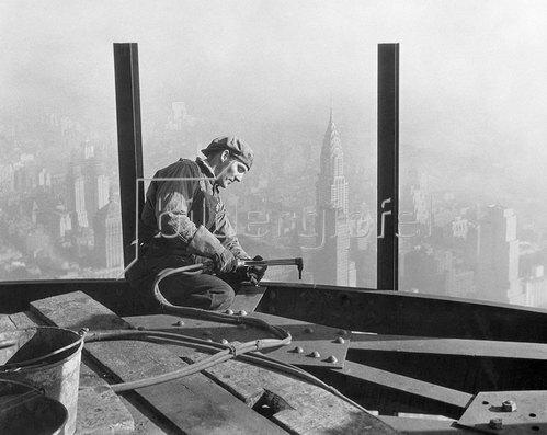 Lewis W. Hine: Arbeiter beim Schweissen von Stahlträgern beim Bau eines Wolkenkratzers in Manhattan