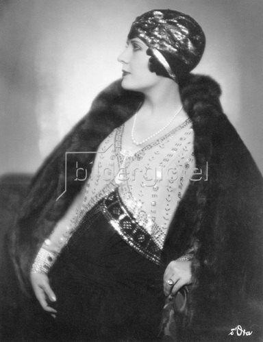 Madame d' Ora: Madame de Mendozan trägt ein Hutmodell von Le Monnier aus gesticktem Gold und schwarzem Filz, um 1928