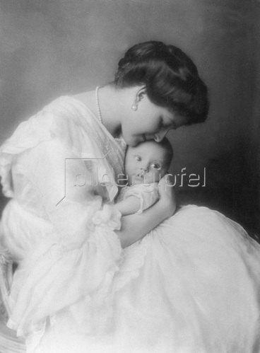 """Madame d' Ora: Alice Riedl mit ihrem Baby, erschienen in """"Die Dame 14/1914"""""""