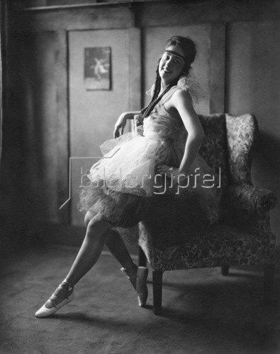 Balletttaenzerin in einem Tutu; Erschienen in 'Die Dame'  14/1927