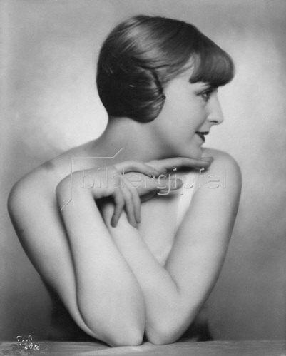 """Madame d' Ora: Andrée Lafayette, Schauspielerin, Porträt im Profil erschienen in """"Die Dame"""" 19/1927"""