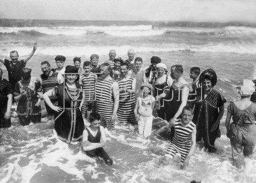 Gebrüder Haeckel: Ostfriesische Inseln, Norderney: Badegäste stehen im Wasser - 1910