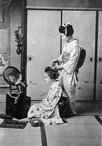 Gebrüder Haeckel: Japanerinnen beim Frisieren, um 1910,