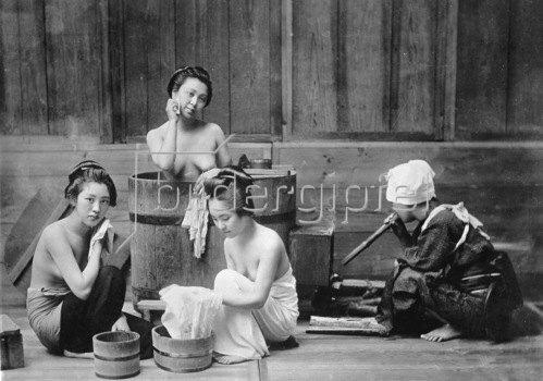 Gebrüder Haeckel: Japanerinnen bei der Toilette, um 1910
