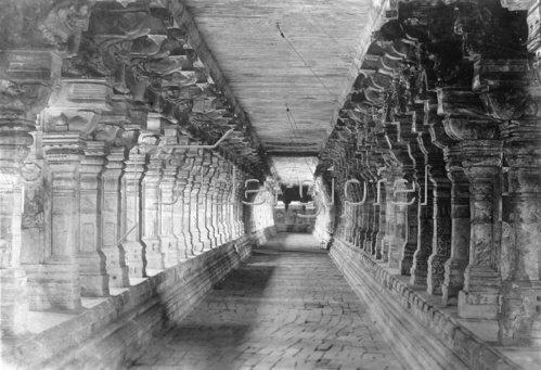 Gebrüder Haeckel: Der Gang des Rameswaram Tempels, um 1910