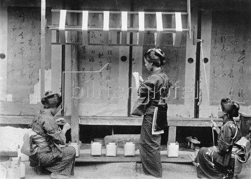 Gebrüder Haeckel: Japan: Herstellung von Seide: Abhaspeln der Rohseide, um 1910.