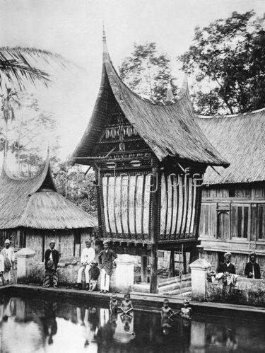 Gebrüder Haeckel: Sumatra, Padang: Eine Reisscheune an einem oeffentlichen Badeplatz - um 1910