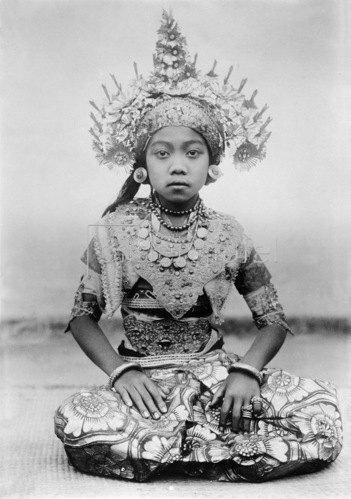 Gebrüder Haeckel: Indonesien: Taenzerin aus Bali in ihrem kostbaren Kostuem, um 1910