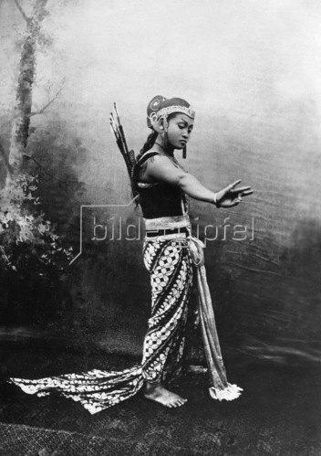 Gebrüder Haeckel: Indonesien, Javanische 'Wayang-Wong'-Taenzerin, um 1910