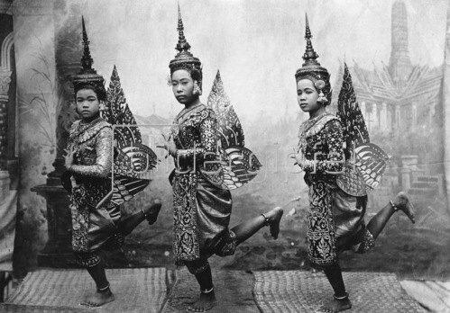 Gebrüder Haeckel: Thailand: Siamesische Taenzerinnen mit Kronen, um 1910er Jahre.