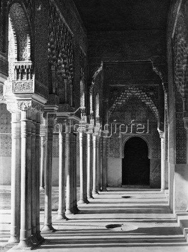 Gebrüder Haeckel: Granada, Alhambra: Zum Loewenhof fuehrende Saeulenhalle, um 1910.