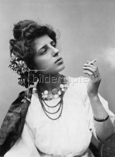 Gebrüder Haeckel: Rauchende Spanierin, um 1900