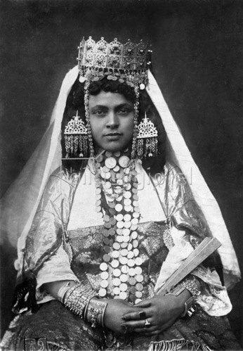Gebrüder Haeckel: Nordafrika, Algerien, Region Kabylei: Festlich gekleidete Kabylin mit reichlich Schmuck, um 1910