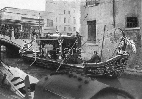 Gebrüder Haeckel: Beerdigungskahn in einem Kanal Venedigs, um 1910.