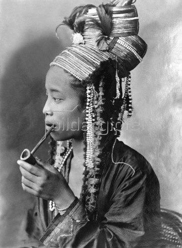 Gebrüder Haeckel: Thailand: Miao Maedchen  in vollem Schmuck, um1910.