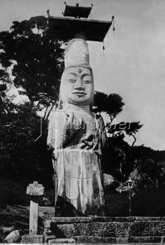 Gebrüder Haeckel: Asien, Korea: Koreanischer Gott, Buddha  Skulptur, um 1910.