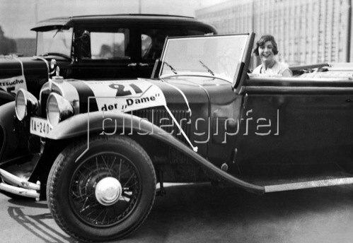 Baronin von Pairebrune in ihrem Wagen 1931