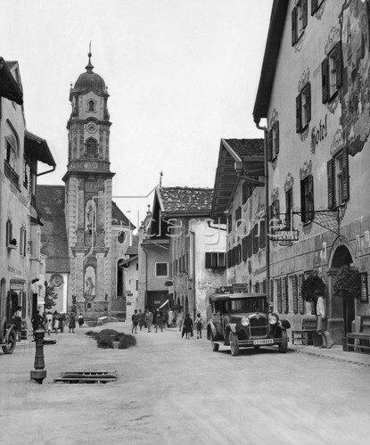Mittenwald: Obermarkt mit der Pfarrkirche St. Peter und Paul