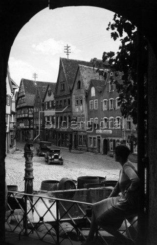 Bad Wimpfen: eine Frau sitzt am Loewenbrunnen; Erschienen in:  'Berliner Illustrirte Zeitung'  47/1927