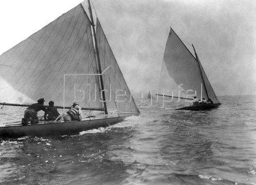 Segelboote auf See; Italien um 1900