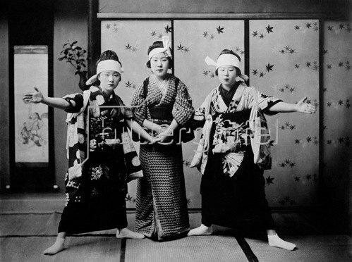 Gebrüder Haeckel: Japanerinnen beim Tanzen des Katsuholas um 1910er