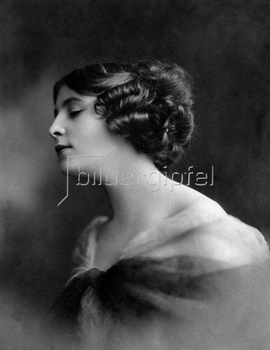 Unbekannte Berliner Schönheit mit hochgesteckten Haaren, 1912