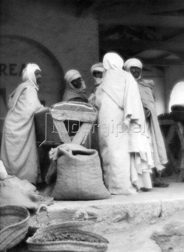 Martin Munkásci: Algerien, Biskra, Haendler in einer Muehle 1933
