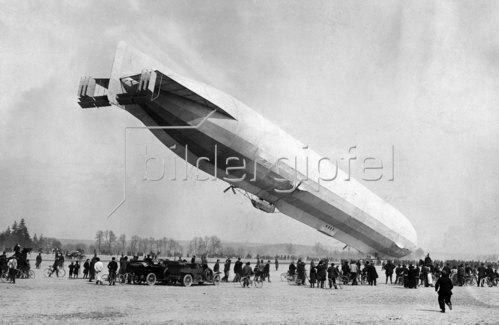 Zeppelin auf dem Flugplatz, 1913