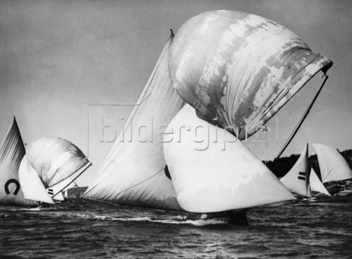 Segelboote mit Spinnakers im Hafen von Sidney, 1938