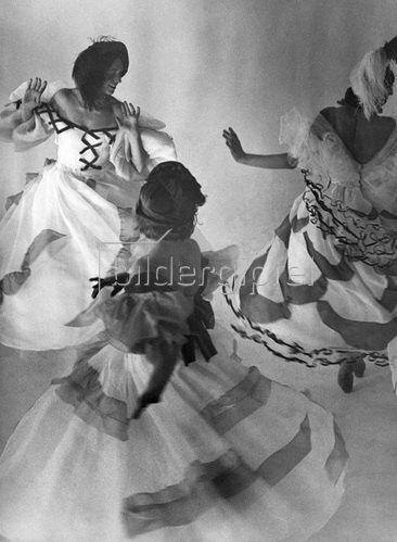 Martin Munkásci: Tanzschule Gsovsky in Berlin, Tanzschuelerinnen beim Wiener Walzer, 1932