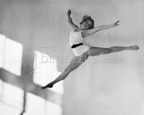 Martin Munkásci: Tanzschule Gsovsky in Berlin, die Solotänzerin Vera Mahlke, 1932