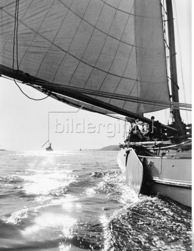 """The Bojer yacht """"Alcedo"""" with sailors on a tour"""