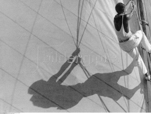 Segler klettert einen Masten hoch