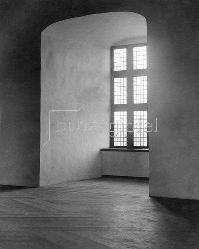 Martin Munkásci: Fensterfluchten und dicke Mauern eines Schlosses 1931Erschienen in Dame 1931