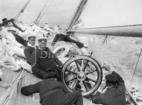 Lipton, Thomas, Begruenderder Teemarke Lipton auf seiner Segelyacht 'Shamrock III' 1910