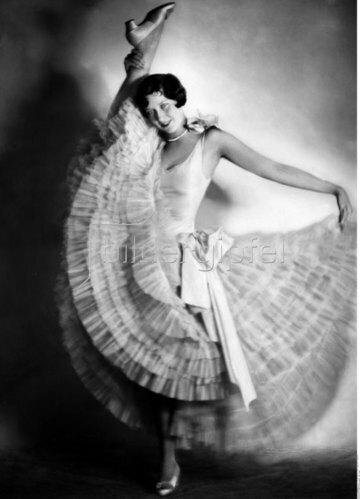 Die Tanz-Akrobatin Florence Forman zeigt ihre Gelenkigkeit