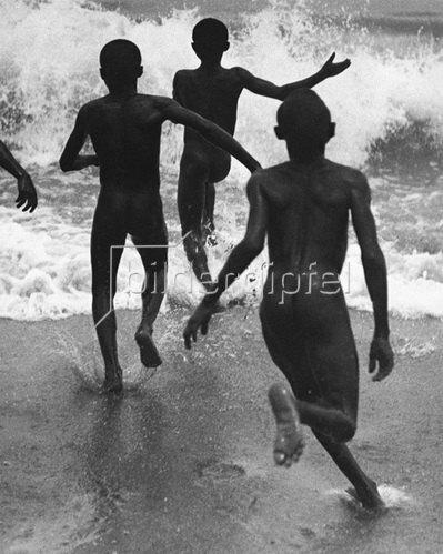 Martin Munkásci: Liberoa, children running into the sea, publisht by Die Dame 1930