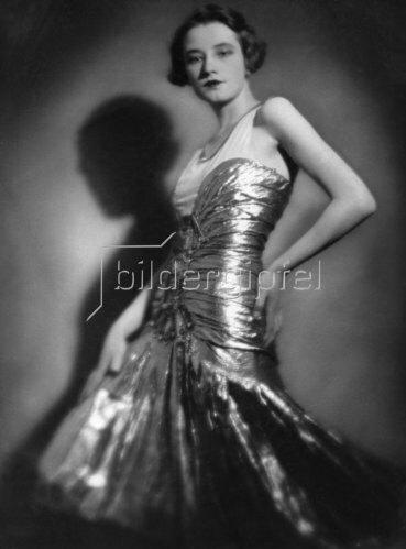 Porträt der Baronin Nadine Uexküll in einem eleganten Kleid, 1927