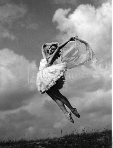 Balletttänzerin der Budapester Oper tanzt auf den Donauwiesen