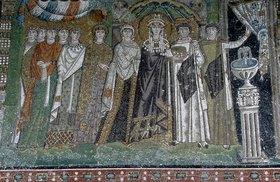 Byzantinisch: Die Kaiserin Theodora und ihr Hofstaat. Mosaik in der Apsis der Basilica San V