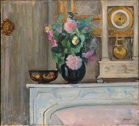 Henri Lebasque: Blumenvase und Uhr auf einem Kaminsims