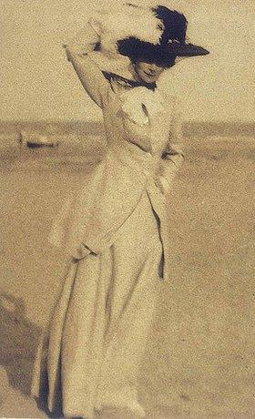 Baron Adolphe de Meyer: Junge Dame mit großem Hut am Strand, en face