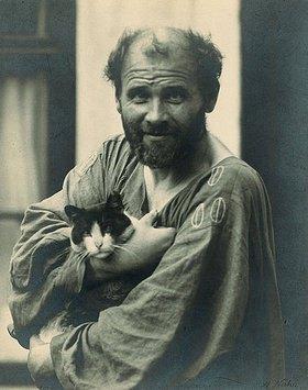 Moritz Nähr: Gustav Klimt, eine seiner Katzen im Arm haltend, vor seinem Atelier in Wien VIII., Josefstädter Straße 21